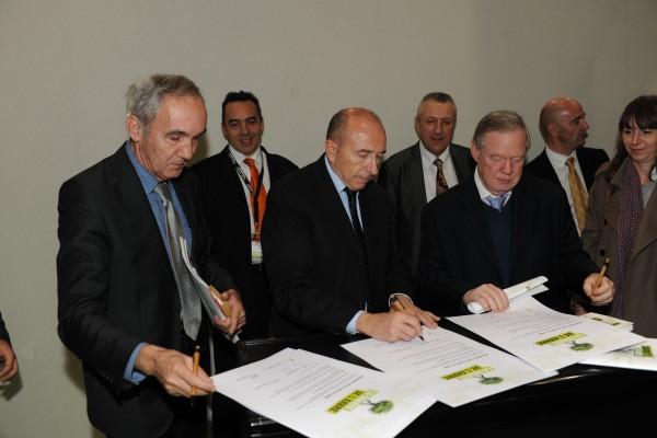 Signature de la Charte lors du salon Paysalia, décembre 2011