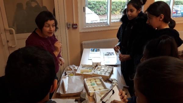 Nathalie Bedel, de la Ferme de Chasse Nuage explique aux élèves comment elle procède pour élever ses chèvres et préparer son fromage.