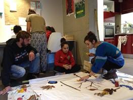 Activité de land-art,  au T6 de la Résidence Barcelone, avec Amalia une kapseuse