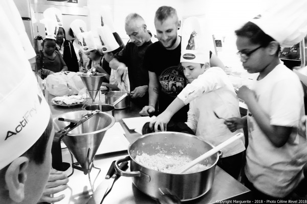 Les chefs en action, dans les cuisines du collège Paul Éluard, Vénissieux © Projet Marguerite 2018 – Photo : Céline Revel