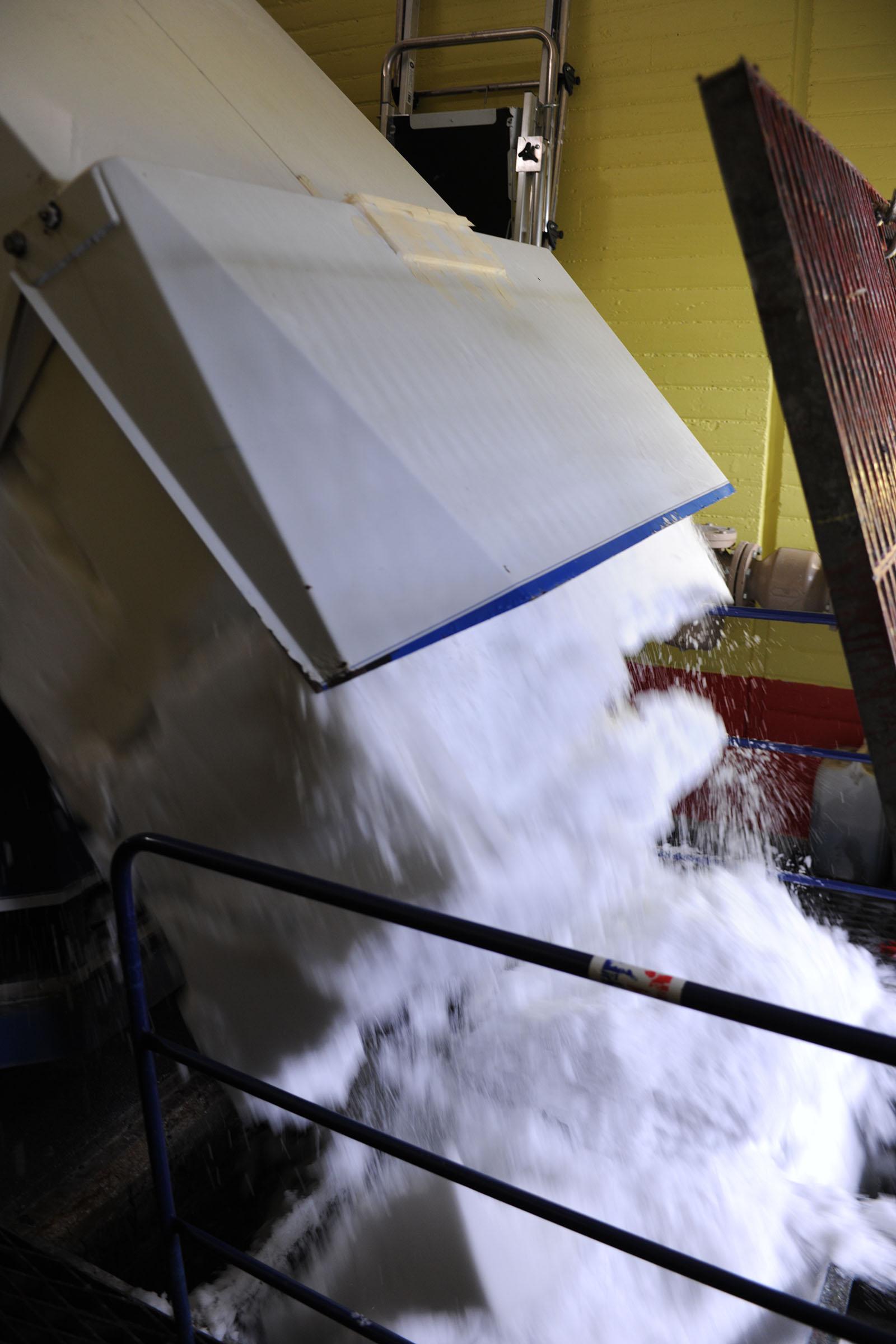 La glace de la patinoire Baraban déversée dans la cuve de stockage.