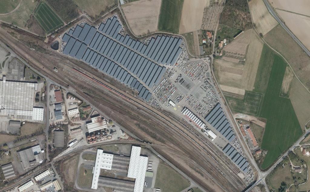 Vue aérienne des panneaux solaires photovoltaïques en place.