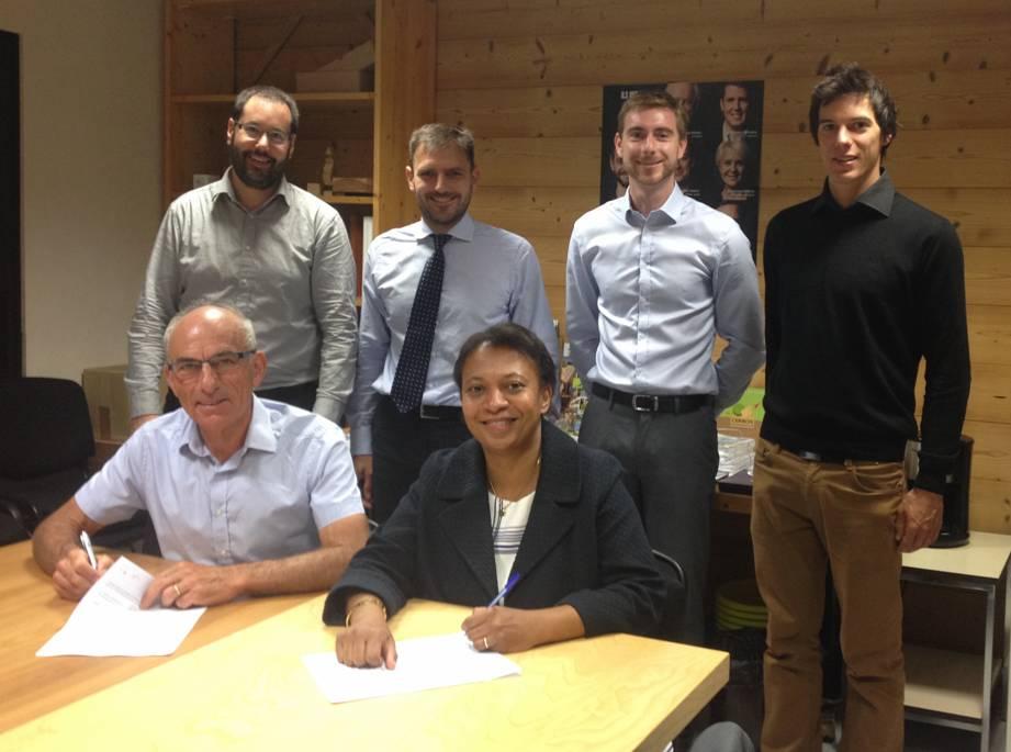 Séance de signature pour la création de l'Association : Hélène Geoffroy, vice-présidente en charge de l'énergie à la métropole de Lyon et Philippe Lacondemine, conseiller Régional.