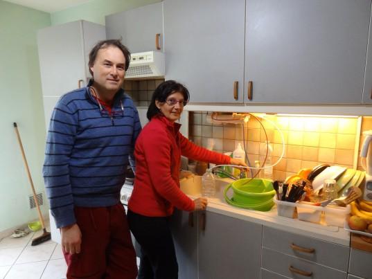 Fred et Brigitte ont beaucoup diminué leur consommation d'eau. Ils ont installé un osmoseur dans leur cuisine qui filtre l'eau et la partie non filtrée est récupérée pour d'autres usages de la maison.