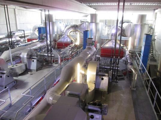 La chaleur est produite dans une centrale thermique afin de passer dans les canalisations jusqu'aux sous-stations