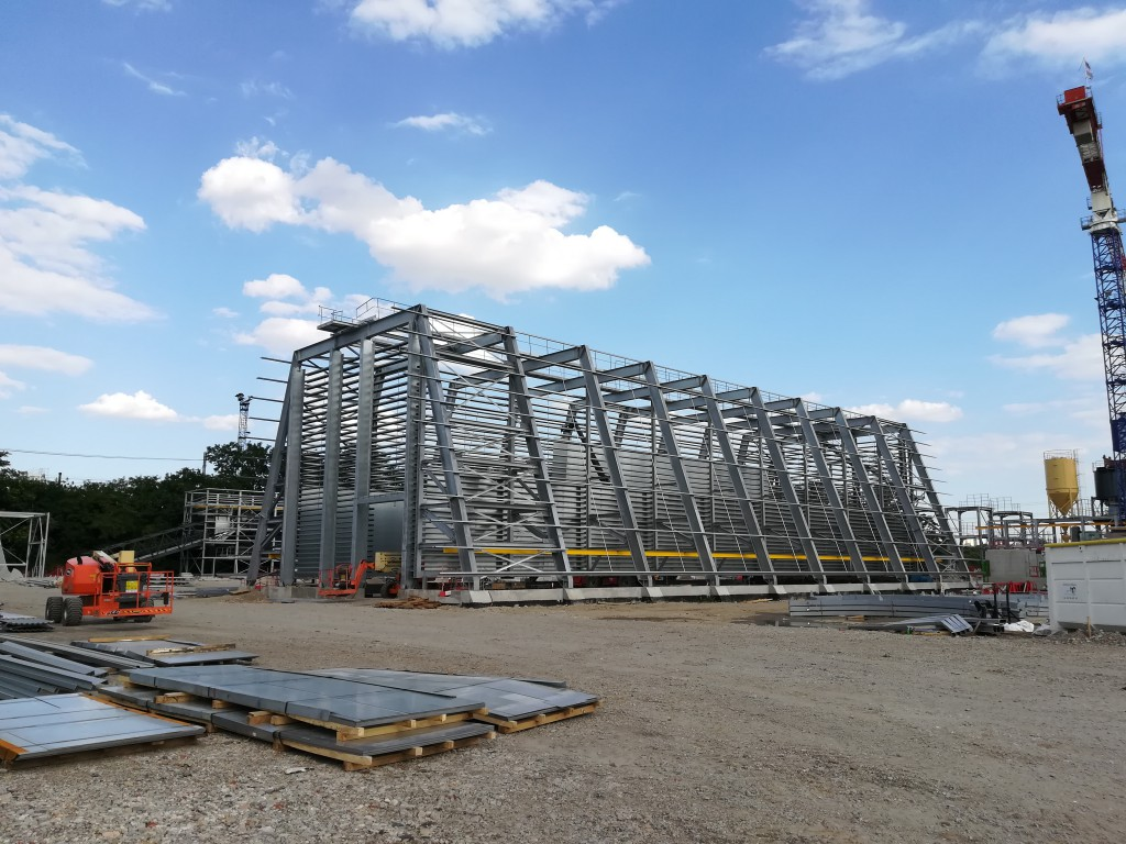 Le chantier de Surville représente 43 millions d'euros d'investissement. Sur une surface de 3 terrains de foot, les différents éléments de l'usine sortent de terre. Sur cette photo : le silo de stockage du bois destiné à alimenter les chaudières (crédit photo Luce Ponsar, Métropole de Lyon)