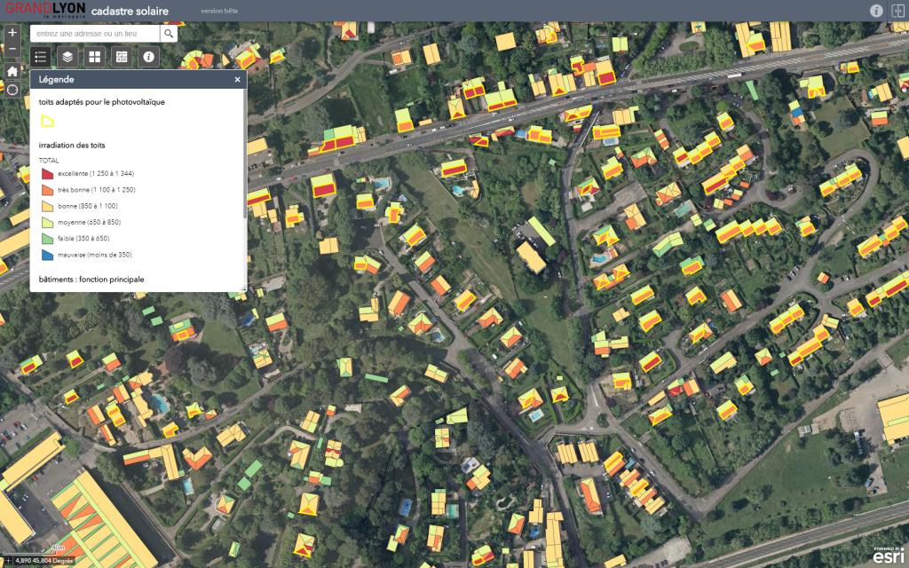 Le cadastre solaire du Grand Lyon identifie, pour chaque pan de toiture, le potentiel d'énergie solaire photovoltaïque que l'on peut récupérer.